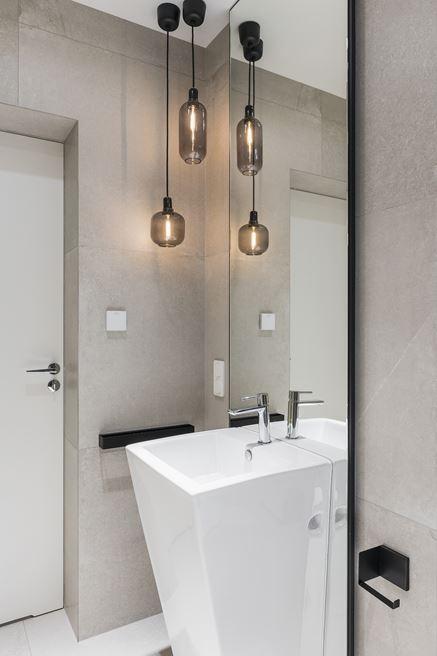 Wolnostojąca umywalka i podłużne lustro