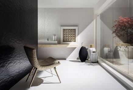 Łazienka z czarno-białą ścianą strukturalną