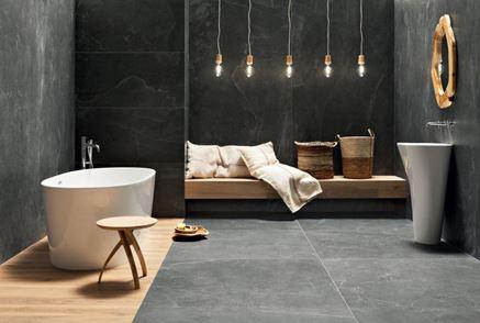 Ciemna łazienka z drewnem i kamieniem