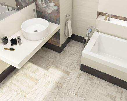 Jasna łazienka z płytką drewnopodobną Paradyż Como