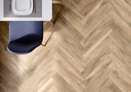 Podłoga w kuchni z płytką drewnopodobną