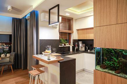 Czarno-biala kuchnia z kącikiem jadalnym
