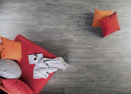 Salon z szarą podłogą