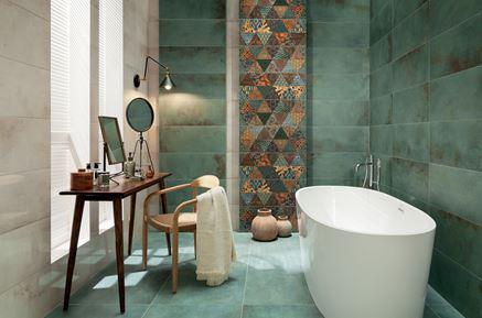 Zielona łazienka z kolorowymi dekorami