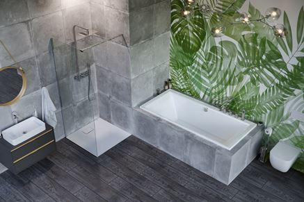 Aranżacja szarej łazienki z liściastą ścianą