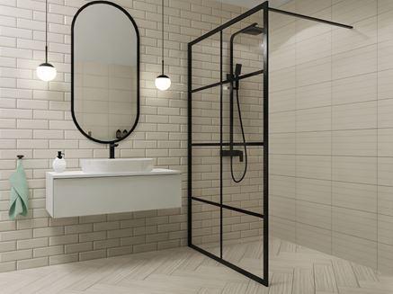 Cegiełka i biała płytka strukturalna w aranżacji łazienki