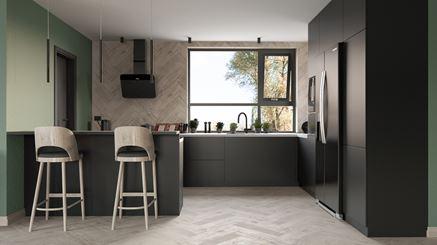 Połączenie jasnego drewna i ciemnych mebli w kuchni