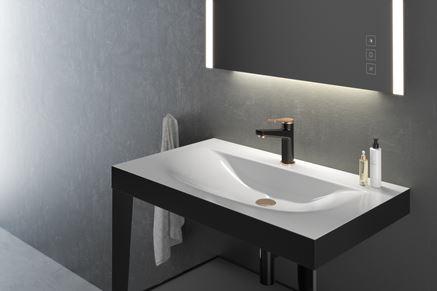 Szara łazienka z czarno-złotą baterią