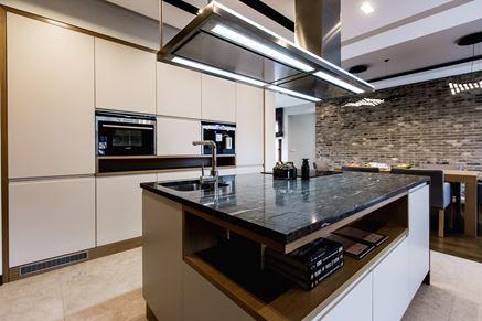 Elegancka wyspa kuchenna z kamiennym blatem