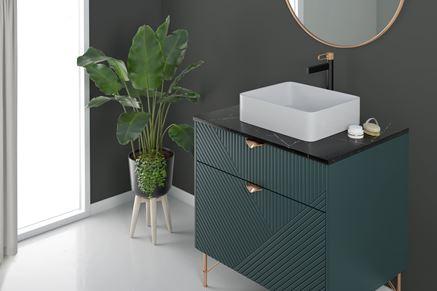 Strefa umywalkowa w stylu glamour w ciemnych kolorach