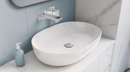 Owalna umywalka nablatowa z baterią podtynkową w kolorze chrom