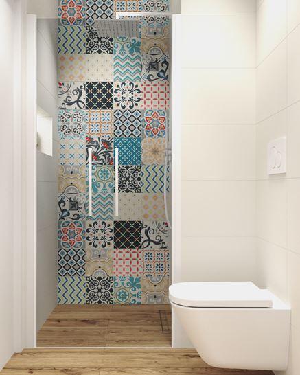 Kabina prysznicowa wykończona dekoracyjną ścianą