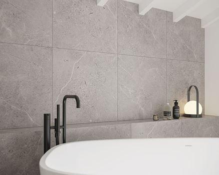 Ściana w łazience wykończona płytami Paradayż Sunnydust
