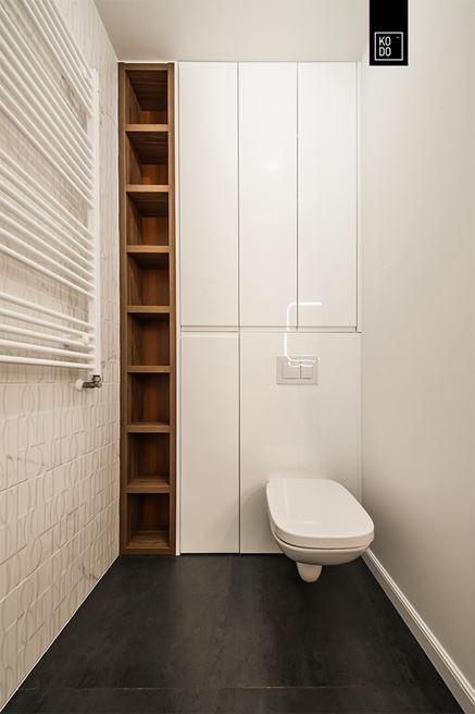Praktyczna zabudowa małej toalety