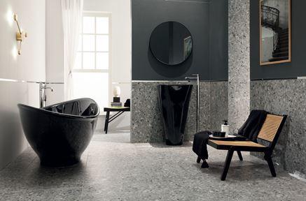 Szara, duża łazienka glamour z czarnymi dodatkami