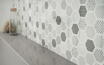 Detal dekoracyjnej płytki ściennej z heksagonami
