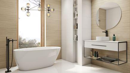 Nowoczesna łazienka z oknem wykończona drewnem
