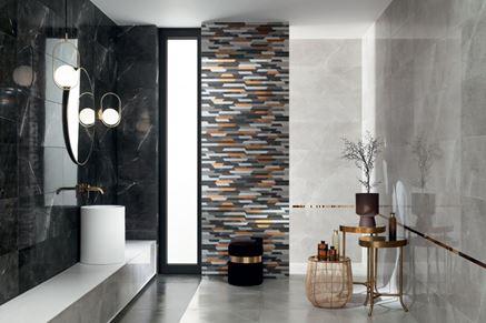 Szaro-czarna łazienka z dekoracyjną ścianą z geometrycznym wzorem