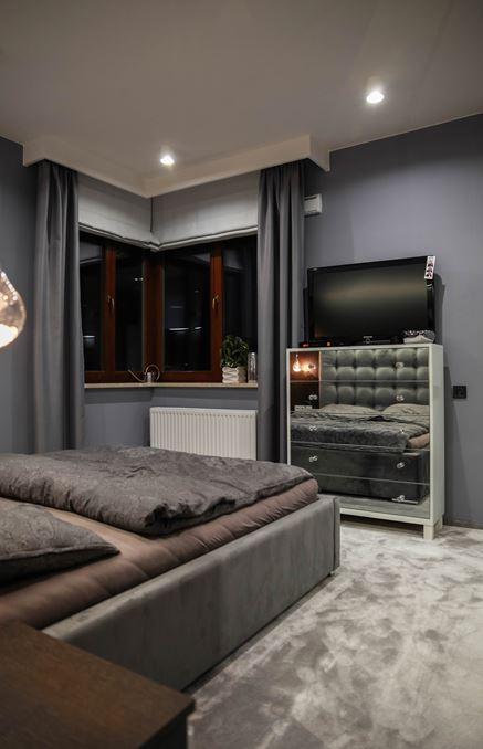 Szara sypialnia w stylu glamour