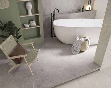 Szarości i beże w nowoczesnej łazience z wanną wolnostojącą