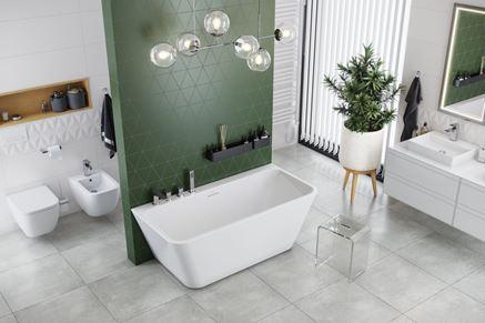 Biała łazienka z zieloną ścianą i wanną przyścienną