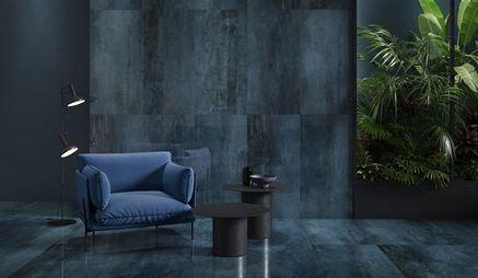 Ściany i podłogi wykończone niebieskimi płytami