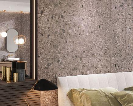 Ściana w sypialni wykończona szarymi płytami