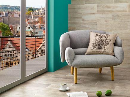 Drewnopodobna ściana w kolorowym salonie