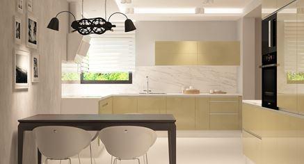 Stół w jasnożółtej kuchni