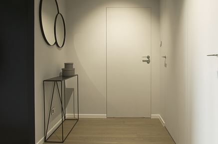 Przedpokój z białymi bezprzyzglowymi drzwiami