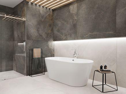 Łazienka w kamieniu z białą wanną wolnostojącą
