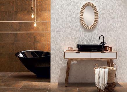 Aranżacja łazienki z miedzianą ścianą