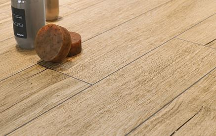Detal beżowej płytki drewnopodobnej Berkwood