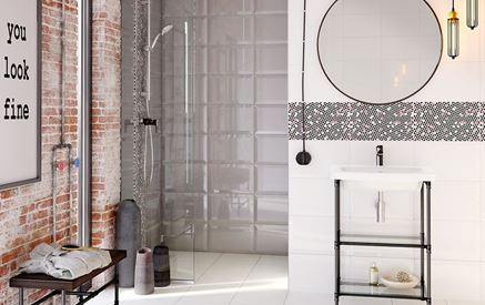 Eklektyczna łazienka ze ścianą ceglastą, kaflową i geometrycznymi dekorami