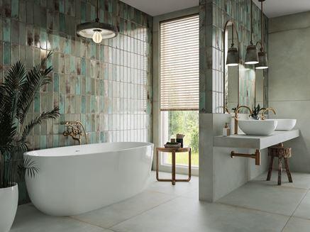 Szary beton i zielone ściany w nowoczesnej łazience z oknem