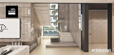 Stylowa klatka schodowa z designerskim żyrandolem