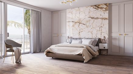 Jasna sypialnia w stylu glamour z kamienną ścianą
