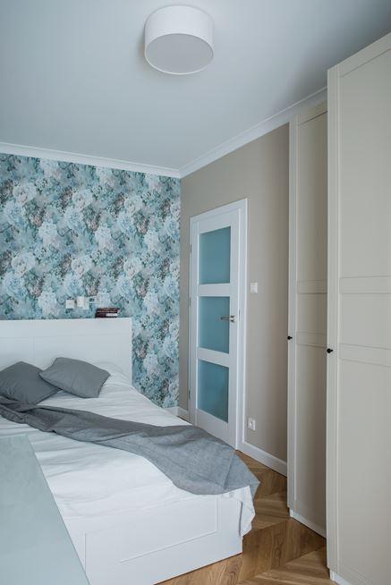 Sypialnia klasyczna z kwiecistą tapetą