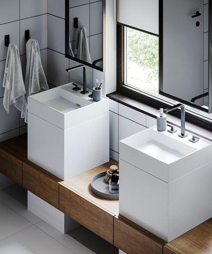 Dwie umywalki - łazienka z oknem