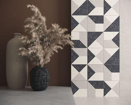 Ściana w łazience z geometrycznymi dekorami