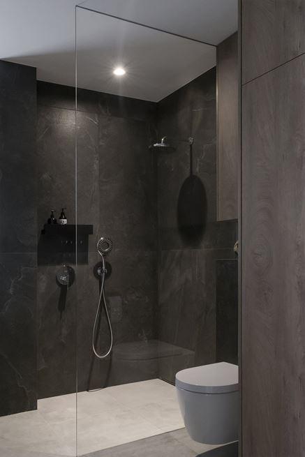 Prysznic walk-in z ciemnym kamieniem