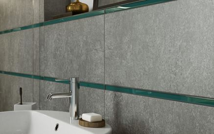 Betonowe płytki i szklane listwy w łazience