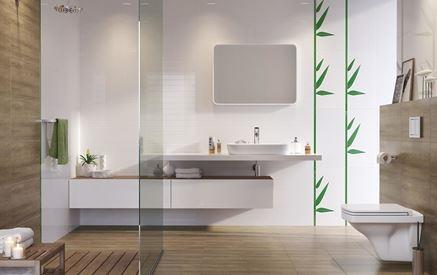 Aranżacja biało-brązowej łazienki z liściastym dekorem