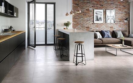 Aranżacja salonu z kuchnią z betonowymi płytami Cersanit Colin