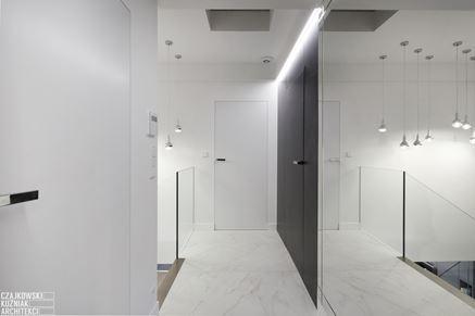 Biało-czarny korytarz z marmurową podłogą