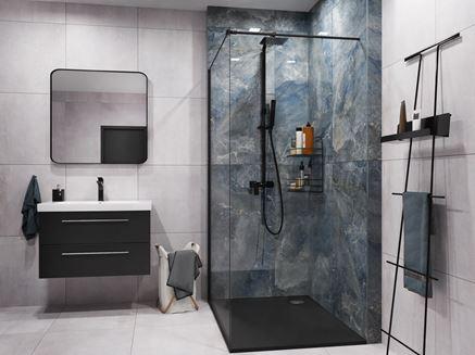Strefa prysznicowa wykończona niebieskimi płytami z wzorem kamienia