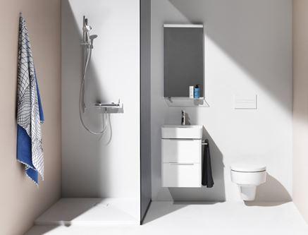 Jasna łazienka z kabiną walk-in