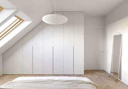Praktyczna szafa w sypialni pod skosem