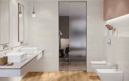 Jasna łazienka z drewnianą podłogą