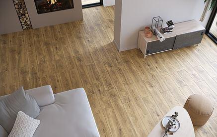 Salon z beżową podłogą z wzorem drewna